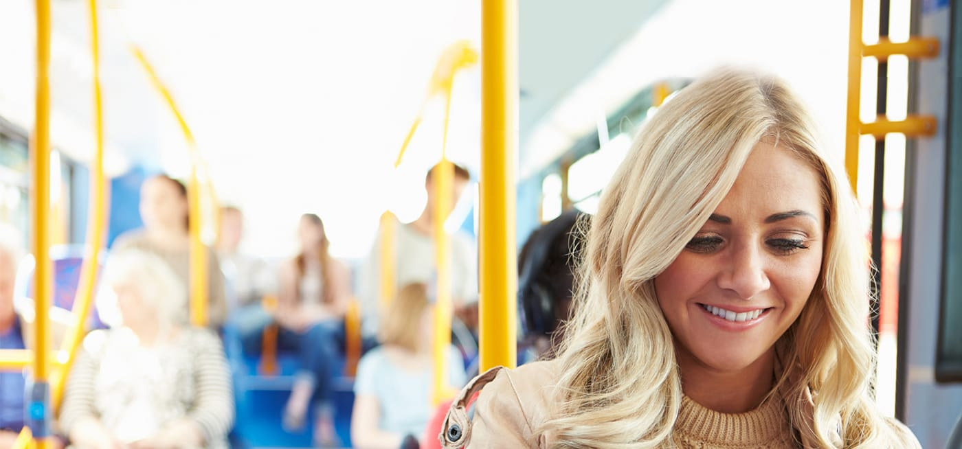 Blonde Frau in Bus